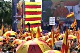 """Decenas de miles de personas se manifiestan en el centro de Barcelona para gritar al unísono: """"Cataluña es España"""""""