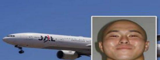 ¡Vuelo desviado! Un tipo deprimido se encierra en los lavabos del avión para poder violar a una pasajera