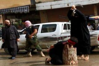 El vídeo del terror en Raqqa: cadáveres y cabezas empaladas en las calles para 'educar' a los niños