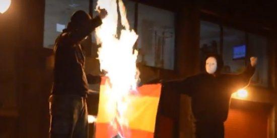 [Vídeo] Los herederos del testamento de Batasuna queman una bandera de España y 'ahorcan' a la Guardia Civil
