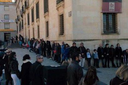 """Cientos de personas """"abrazan"""" el Palacio del Infantado de Guadalajara reivindicando una cultura accesible"""