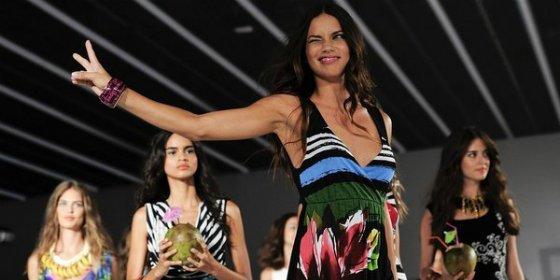 Adriana Lima se desnuda para dar la bienvenida al nuevo año
