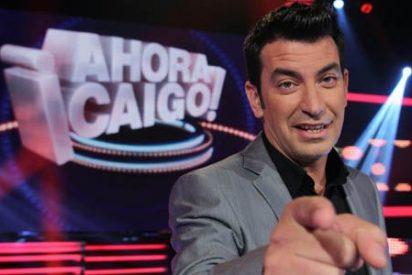 La cara de póker de Arturo Valls cuando un concursante de 'Ahora caigo!' (A3) hace publicidad de T5
