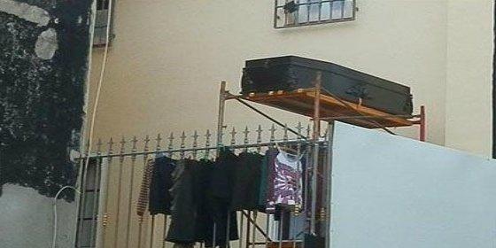 Un vecino de Alicante cuelga ataúdes en su terraza para que no le molesten