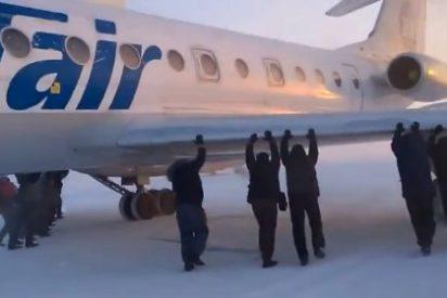 [Vídeo] Un grupo de arrojados pasajeros empuja un avión para poder despegar