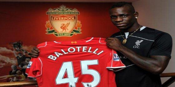 Cazan a Balotelli de fiesta tras la derrota del Liverpool frente al Chelsea