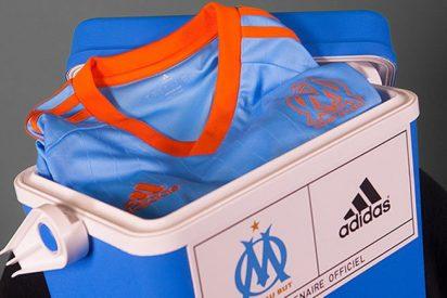 El Marsella presenta su nueva equipación en una nevera