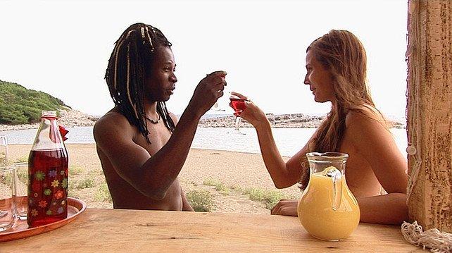 """El mayor desfase visto en 'Adán y Eva': """"Una mujer no es completa hasta que un negro no se la meta"""""""