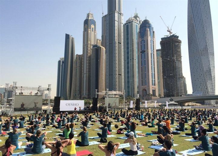 Dubái se convierte por un día en la capital mundial del yoga con una masterclass