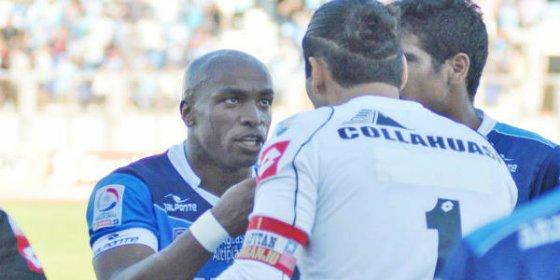 Un futbolista rompe a llorar tras recibir gritos racistas desde la grada