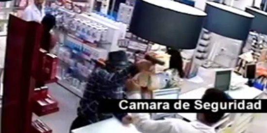 El vídeo del pistolero que trata de atracar una farmacia sevillana y recibe un 'quiebro' de vuelta al ruedo y olé