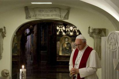 El Papa rezó por los pontífices fallecidos