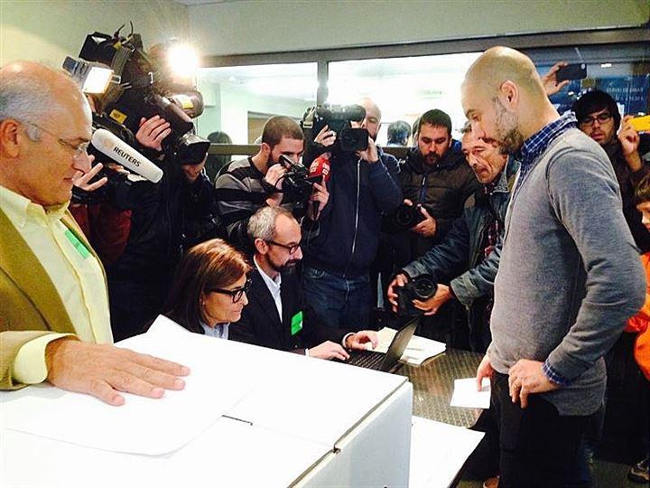 Guardiola participa en la votación del 9N