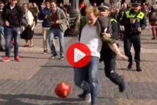 Los aficionados de Liverpool le hacen un 'rondo' a la Policía