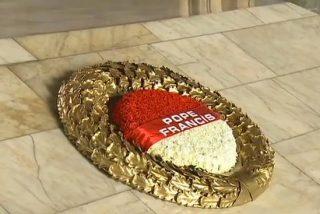El Papa pisa suelo turco y se recoge ante la tumba del fundador de la patria
