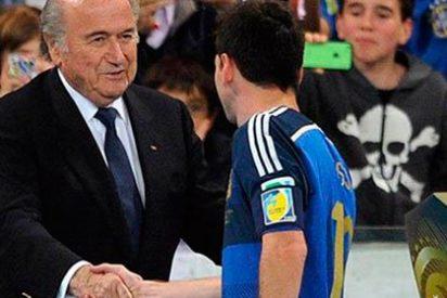 ¡Joseph Blatter la vuelve a líar en una cena!