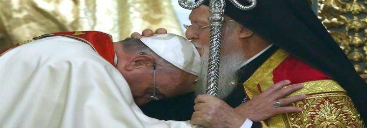 "Francisco a Bartolomé: ""Le pido un favor, bendígame a mí y a la Iglesia de Roma"""