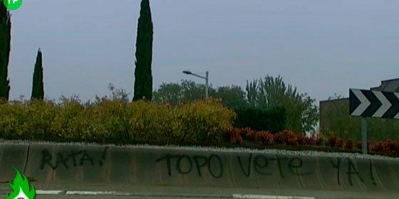 """Pintadas en contra de Iker Casillas en la rotonda cercana a su vivienda: """"Topo vete ya"""""""