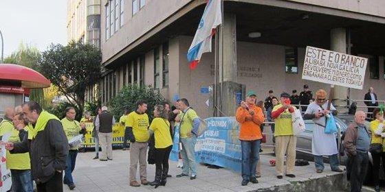 Decenas de preferentistas protestan ante los juzgados de Vigo