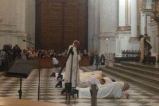 """El arzobispo de Granada se postra ante el altar y pide perdón """"por los escándalos"""""""