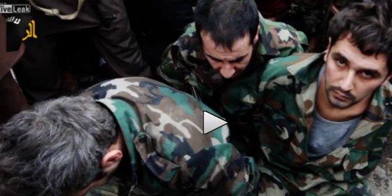 """""""¡Violaron a vuestras hermanas!"""" El terrible vídeo de las hordas del ISIS matando a patadas a tres soldados"""