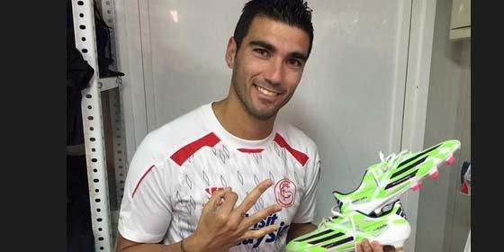 Reyes sorprende con el color de sus nuevas botas