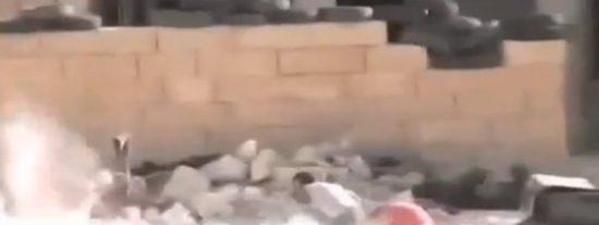El vídeo del heroico niño sirio que finge su muerte para salvar a su hermana