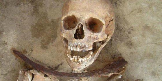 El secreto de los vampiros encontrados en un cementerio con una hoz al cuello