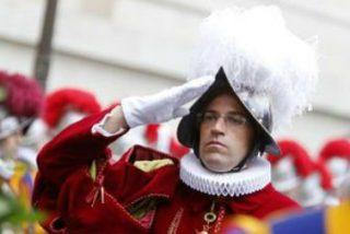El Papa destituye al comandante de la Guardia Suiza dos meses antes de su relevo