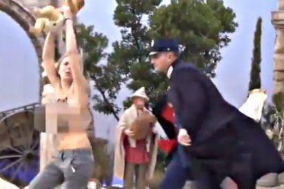Una activista de Femen a pecho descubierto 'roba' el Niño Jesús del belén del Vaticano