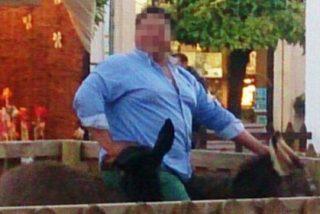 Se monta en el burrito de un portal de Belén y lo aplasta con sus 150 kilos de peso