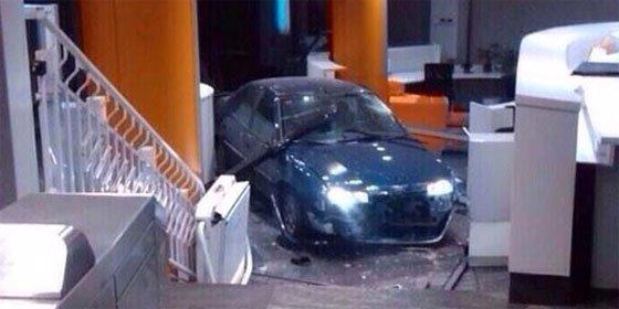 Un empresario empotra su coche con dos bombonas de butano contra la sede del PP