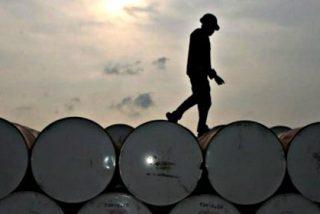 La fortaleza del dólar y la superabundancia de crudo en EEUU hunden el precio del petróleo