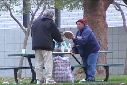 La solidaria y enternecedora reacción de un mendigo al que dan 100 dólares