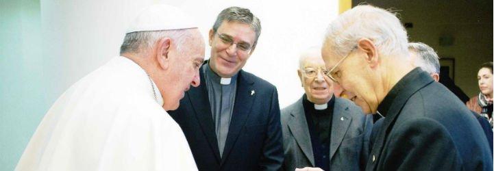 El Papa recibe dos libros del Grupo de Comunicación Loyola
