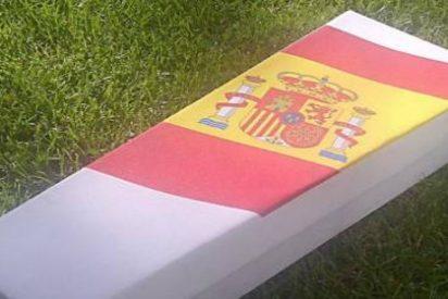 Cómo conseguir que te entierren en un ataúd de cartón por 100 euros... ¡y con la bandera española!
