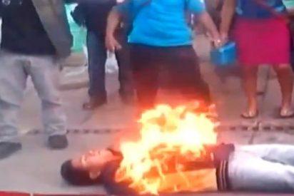 El estremecedor vídeo del hombre que se prende fuego frente al Congreso de Chiapas