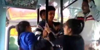 Las dos hermanas se enfrentan a correazos con a los agresores sexuales del autobús