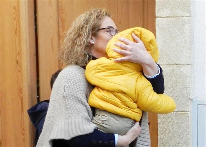 María Cuadrado, madre de Alberto Isla, recoge a su nieto para nochevieja