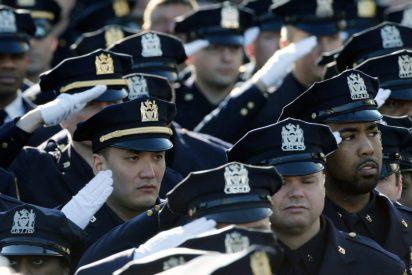 25.000 policías dan la espalda al alcalde durante el funeral del agente asesinado en Nueva York