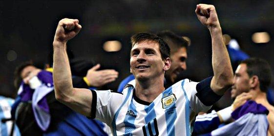 La bella azafata a la que se le cayó la baba con Messi en pleno vuelo