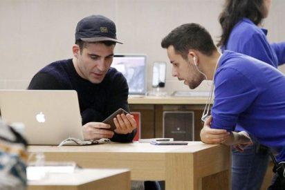 Miguel Ángel Silvestre visita una tienda Apple