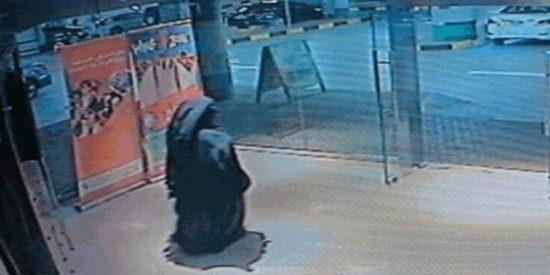 La grabación de la misteriosa 'dama negra' que mató a cuchilladas a una madre de gemelos