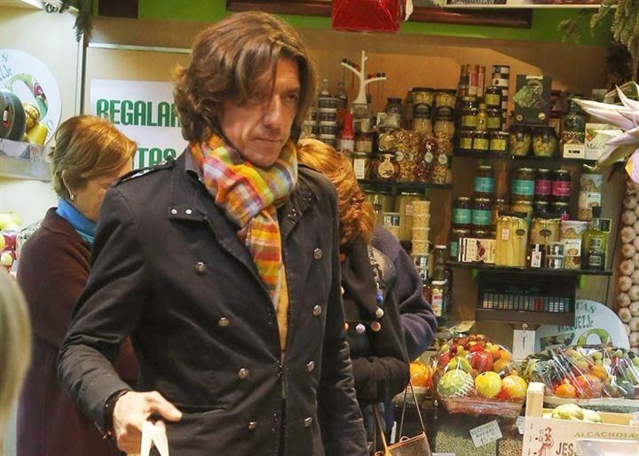 Nicolás Vallejo Nágera de compras navideñas junto a su madre