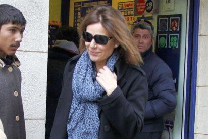 Nuria González compra un décimo de lotería