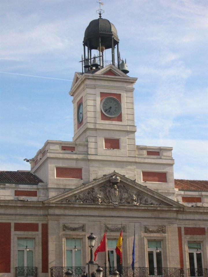 El reloj de la Puerta de Sol preparado para dar las campanadas