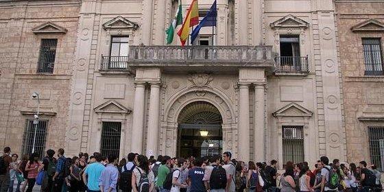 Más de un centenar de estudiantes bloquea el acceso del claustro de la US