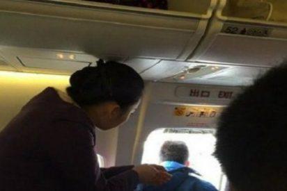 El pasajero que abre la puerta de emergencia del avión... ¡para tomar aire fresco!
