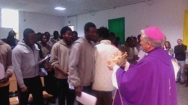 El obispo de Cádiz reza junto a inmigrantes detenidos por la muerte de los ahogados en el Estrecho