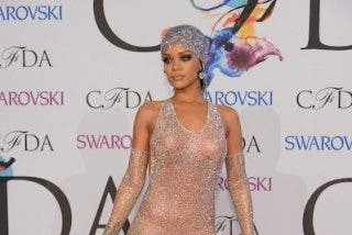 Rihanna la arma gorda con su vestido transparente en los Fashion Awards